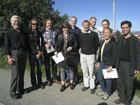 STARTET KAMPEN: Arkitektene har startet konkurransen for å tegne det beste badeland og kulturhus til Sandnessjøen sentrum. Torsdag var folk på omvisning. Fra venstre Odd Steinar Lunde (Heggelund og Koxvold AS), Siv Helen Stangeland (Helen & Hard), Herman Fuglu og Soley Karlsdottir (Nuno Arkitektur AS), Ivar Lunde (L2 Ark AS), Leif Bergesen (Nils Tveit AS), Jon Inge Bruland (L2 Ark AS), Geir Hermansen (Griff Arkitektur AS), Charlotte Hyldahl (Asplan Viak AS) og Odd Steinar Wik (Heggelund & Koxvold AS). (Foto: Svein-Harald Carlsen)
