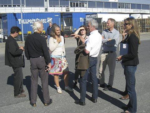 MANGE KRAV: Prosjektleder Arve Berg (med jakken på armen) ga arkitektene en grundig innføring i hva badeland- og kulturhusprosjektet stiller av spesifiserte krav.