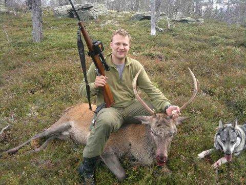 BYTTE: Olav Skeie poserer med hjorten som kom løpende rett mot han.