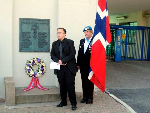 MINNEMARKERING: Tormod Christiansen var en av privatpersonene som sto bak minnemarkeringen på Herøya i går. Her taler han sammen med Ole Løkke fra veterankorpset.