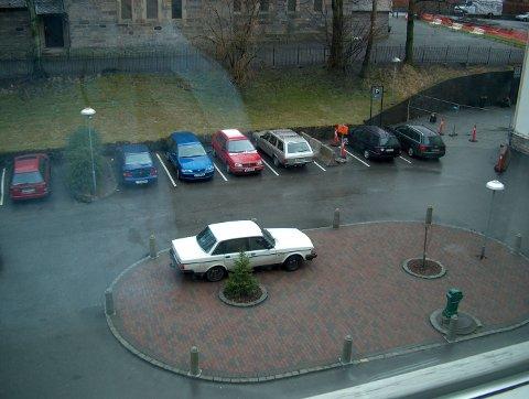 KK-PARKERING: Her er et bilde tatt utenfor kvinneklinikken. Ser ut som det er en som har litt dårlig tid til å finne parkeringsplass.