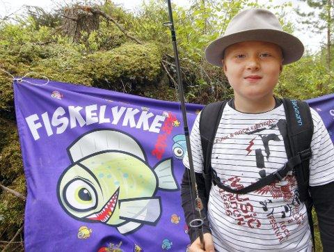 Med lykkehatt: Til tross for farfars lykkehatt ble det dessverre ingen fisk på Sebastian Soløst Johansen. Men gutten var like blid.