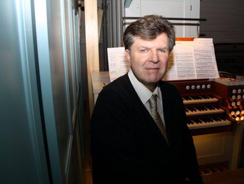 KANTOREN: Stephen Hicks på orgelpulten ved sin nye arbeidsplass høyest og bakerst i Røros kirke.