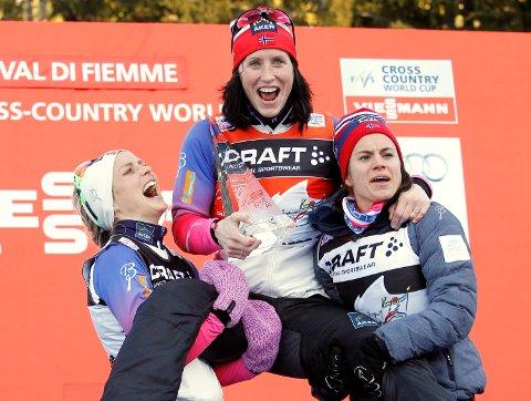TAPETSERTE PALLEN: Marit Bjørgen (midten) vant foran Therese Johaug og Heidi Weng (t.h.). Foto: NTB Scanpix