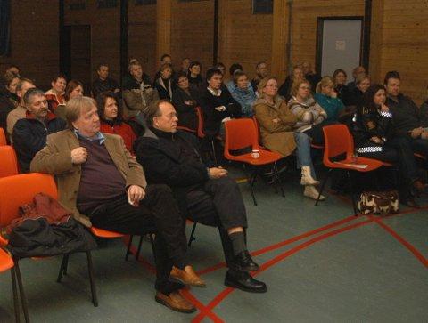 GODT BESØK: De 80 tilhørerne i salen på Sokna skole fulgte interessert med og fikk mange nyttige tips om barns internettbruk.