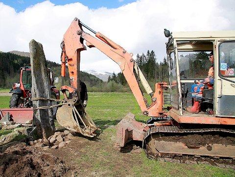 SKEIV STEIN: Grunneigar Svein Erik Hafstad rettar opp den gamle bautaen med gravemaskin.