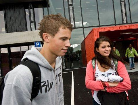 Kan slippe nynorsk: Halvparten av elevene ved Thor Heyerdahl, her representert ved Eivind Evertsen (18) og Anne-Line Ferstad (18), kan slippe nynorsk-eksamen og -undervisning.