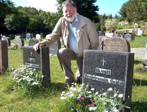 Arkivfoto. Odd Roald Wiik ved Ukjendt Alliert Arbeider og Ukjendt Sovjetrussisk Soldats grav på Kirkelandet gravsted i Kristiansund.