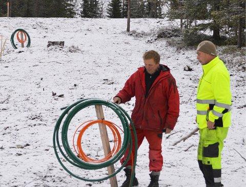 NOVEMBER 2013: Kasper Andresen og Kai Sørengen ved kabelkveiler som sikrer strøm og bredbånd til hytter på Lygna. ARKIVFOTO: JØRN HAAKENSTAD