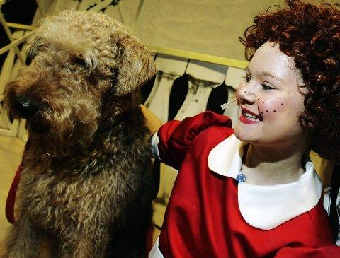 GODE VENNER: Terrieren Tera og Caroline Kildebo Moen trives i hverandres selskap på scenen.