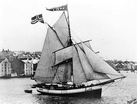 Jakta «Embla» var bygd på Hamnes ved Surnadalsfjorden i 1893. Eigarane var fire Hamnes-karar - Lars O., Lars T., Knut O. og Ola T. - og «Embla» vart ein av skuteprofilane i den såkalla slofarten. Her ser vi ho med flott seglføring på hamna i Kristiansund i 1915 - fotografert av Engvig. Skroget var teikna av skipsbyggmeister og agent for Det Norske Veritas, John Børve (fødd i Hardanger 1851). Han gjorde nok mykje til at den klassiske hardangerjakt-typen fekk så brei plass i den såkalla slofarten frå slutten av 1800-talet. (Modellen til den tidlegare Hamnes-jakta «Marie» frå 1871 har andre særtrekk og tyder på at Nordmøre hadde sin eigen jakt-type rundt midta av same hundreåret.) Børve sine teikningar til «Embla» er å finne på Norsk Sjøfartsmuseum i Oslo. Skuta var kjend som ein av dei raskaste seglarane på kysten, og det gjekk ord om den gongen ho segla i frå eit dampskip over Folla. Når ho kom frå Lofoten med saltfisklast, vart denne tørka til kleppfisk på Barlaupholmane i Aure, der Hamnes-rederiet hadde leigd fast tørkeplass. I 1917 vart skuta selt og ombygd til kutter. Ho dreiv storsildfiske og var også til Island på silda. Dei siste åra var «Embla» brukt til fraktebåt. (Bøfjorden Historielag/Bernt Bøe)