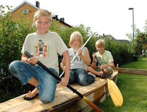 Gleder seg til regatta: (F.v.) Tobias Espolin Rosenberg, Nikolai Serkland og Tobias Malcolm gleder seg veldig til flåteregattaen og føler de har gode sjanser til å vinne med båten TMNT Superspeed.