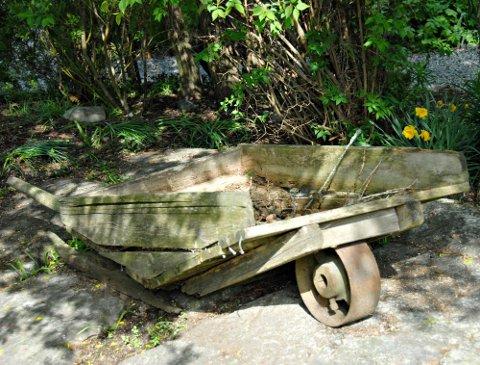 - Alt kan brukes: Janne Moen har samlet gamle ting og plassert de rundt i hagen.