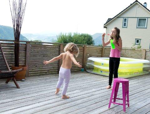Kimi (10) og minstemann July (4) på terrassen utenfor familiens hus på Osterøy.