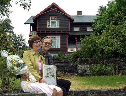 FIKK PRIS: Elisabeth og Guttorm Guttormsen fikk fredag ettermiddag restaureringsprisen 2004, noe de er tydelig stolte over.