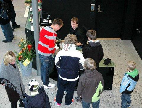Travelt: Morten Hagevik solgte billetter til søndagens forestillinger. - Noen av filmene er allerede utsolgt, konstaterte han da klokka var rundt 14.