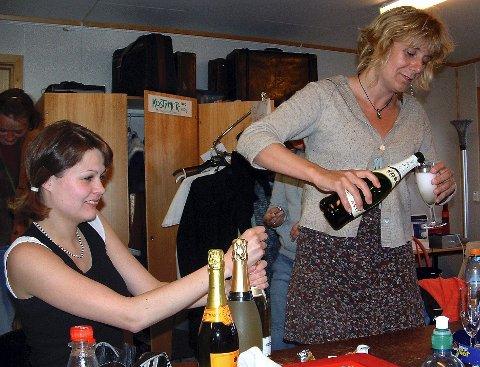 Champagnekorka i taket etter premieren. Til høyre, Kristin Jørgensen.
