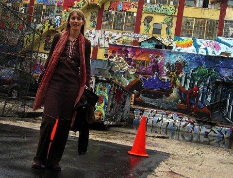 KUNSTNERHUS: Anki King fra Harestua har atelier i samme bygg som graffitikunstnerne i 5 pointz holder til  i Queens i New York.FOTO: PER SKJØNBERG