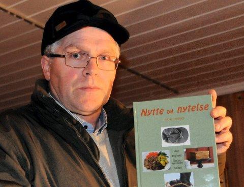 """Hans Løvmo har skrevet ei bok om """"nytte og nytelse"""" med mange lokale innslag. (Foto: Erland Vingelsgård)"""