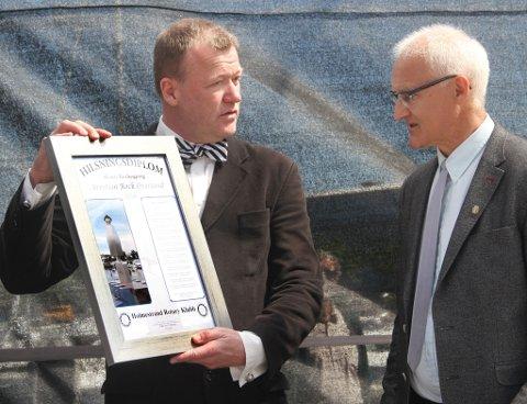 Arnstein Roch Øverland ble kåret til årets Æres Nysgjerring av Holmestrand Rotary. Prisen ble delt ut av Ivar Jon Tunheim, president i foreningen.