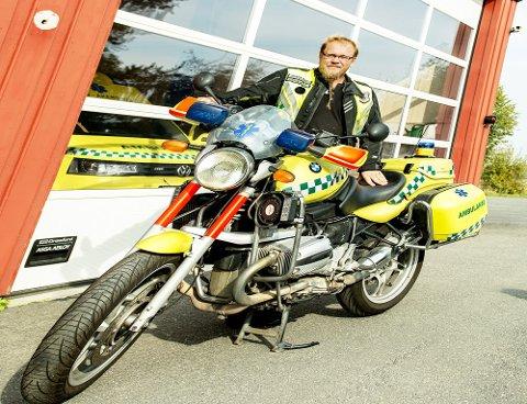 Hans Kristian Jørgensen med landets eneste ambulansemototsykkel.