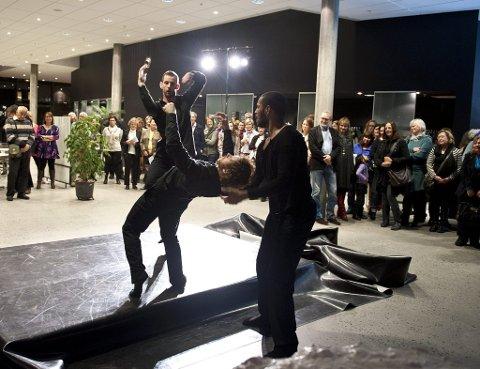 «Pause»: Da publikum gikk ut av salen for å ta pause, møtte de en ny forestilling i hallen, med tre fantastiske dansere og en «kommentator» med maske.