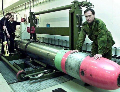 PENT BRUKT: Torpedoanlegget til 270 millioner kroner var i virksomhet i mindre enn to timer før det ble lagt ned. På bildet ser vi kapteinløytnant Olav Byrkjeland i torpedorommet i 2001. Nå kan anlegget, også kalt Malangen kystfort, bli solgt for 100.000 kroner. Arkivfoto: Stein Wilhelmsen