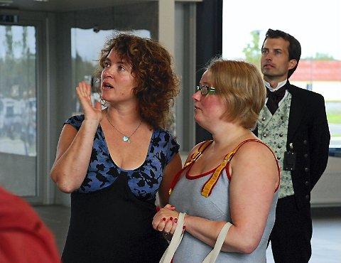 SÅ PÅ VERKET: Kunstnerisk konsulent for kunstutsmykkingen, Vibeke Steinsholm, og kunstner Marianne Moe betrakter det ferdige resultatet.