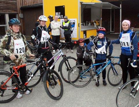 TRIMMERE: Denne gjengen deltok i trimklassen, med en 31 kilometer lang trasé. Hilde Andersen (f.v.), Heidi Johansen Vaags, Melizza Kaspersen, Daniel Årnes, Mirela Årnes.
