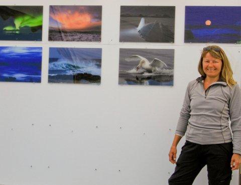 Ivrig fotograf. June Grønseth er på ingen måte ukjent med å ta gode naturbilder. Her under oppsettingen av hennes første utstilling i Laukvik i sommer.