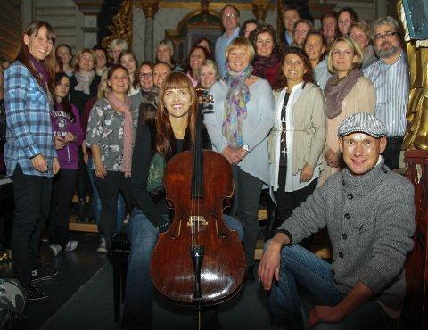 Artist og cellist Paulin Voss og solist Hans Esben Gihle fra Oslo Gospel Choir stiller gratis på «den siste store dugnaden» for kirkens nye lydanlegg og mandag var det øvelse. Til v. dirigent Svanhild Moen Refvik og gospelkoret som gleder seg.