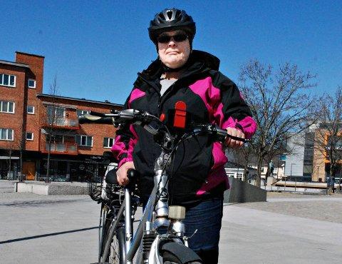 ? Jeg sykler bestandig, og bruker hjelm for å føle meg trygg, sier Tove Lise Kristiansen (47) Askim.