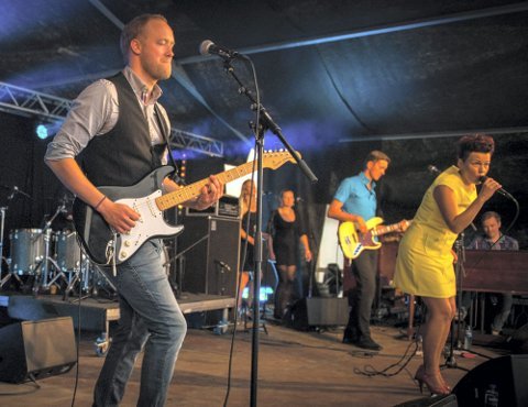 FUNKY BAND: Stina Stenerud med band leverte en forrykende konsert under Notodden Bluesfestival.