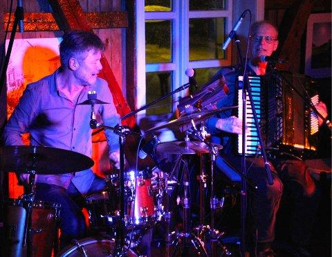 To enestående musikere i aksjon. Ole Hamre - Trommer og Gabriel Fiflet på trekkspill.   Intrikate rytmer ble servert.   Foto:   Dag Kajander