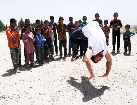 På en topp midt i den krigsherjede byen Kabul spratt Daniel Grindeland opp på den utbombede tanksen og begynte å danse. Etter noen sekunder var han omgitt av et tyvetalls barn.  Men hovedhensikten med turen til Kabul var å undervise i dans på universitetet. Alt tilrettelagt av Den Nationale Scene.