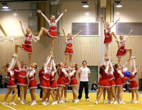 Jentene fra Drøbak og resten av cheerleaderne i Viqueens forsynte seg grovt fra premiebordet under NM sist helg.