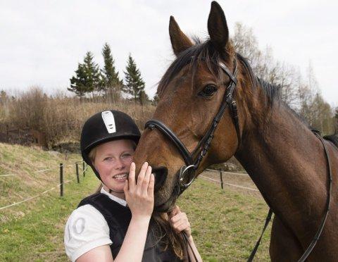 SYMPTOMFRI: Kine Rødland Hammer (17) ble syk i 2009 etter flåttbitt. Det begynte med besvimelser, deretter fulgte kramper og lammelser. I tre år har hun kjempet mot sykdommen, blant annet gjennom å ta store doser antibiotika. I dag gleder hun seg over å være så godt som fri for symptomer. ? Nå kan jeg drive med det jeg liker aller best, nemlig å ri på hesten min, sier 17-åringen og gir bestevennen Boogy West en god klem. BEGGE foto: Geir Egil Skog