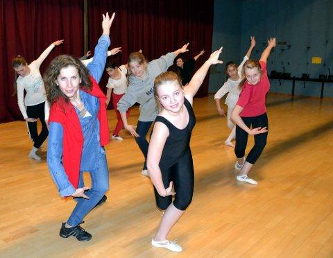 BALLETTKLASSEN: Tirils musikalrolle er ikke minst et resultat av ballettundervisningen ved kulturskolen, der Tiril (foran) har vært med under Ina Kostovas (til venstre)  ledelse i seks år. Her på ballett-timen mandag denne uka. (Foto: Hilde Porsanger)