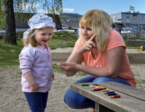 lærer fargene: Det er imponerende å se hvordan Laura (2 1/2) fra Polen har lært fargene på tegnspråket og klarer å finne de riktige fargeblyantene.