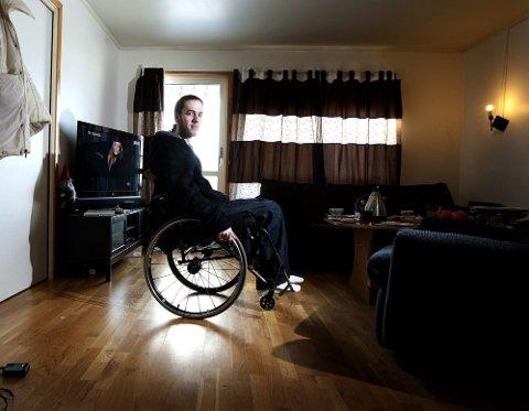 RULLER VIDERE: Tim Knutsen (22) er lam fra livet og ned etter en trafikk ulykke for fire år siden. Nå bor han i en omsorgsleilighet på sykehjem. 22-åringen elsker fortsatt å kjøre bil, men vil advare andre ungdommer som driver med fartslek på veien slik at de tenker over konsekvensene av sine handlinger. FOTO: ROAR GRØNSTAD
