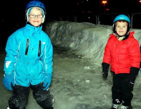 GLEDE: Ludvig Formo Gusfre (7) og Fritjof Kleven Gusfre (6) storkoste seg på skøyteisen for første gang denne vinteren. De syntes det var moro å ha skøyter på beina igjen og kjenne på vinteren.