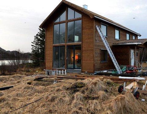 Restaureres. Børge Ousland er i full gang med å restaurere «gammelhuset» på øya Mannshausen. Det skal bli et ekspedisjonssenter med en rekke forskjellige naturbaserte aktiviteter i nærområdet. Foto: Privat