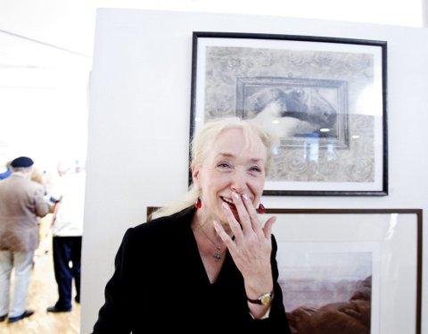 FORNØYD VETERAN: Marte Kathrine Egeberg Branderud nøyer seg med å signere sine arbeider med «Marte». I stedet for å fylle dem med hele navnet, fyller hun dem med mye annet.  ? Ja, bildene er kanskje litt barokke; det er overflod i dem, sier hun og vil ikke høre snakk om at hun tar det for gitt å bli antatt. Her står hun ved tegningen «Et gammelt bilde».  Alle foto: Tom Gustavsen