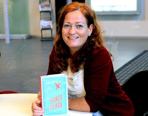 FORFATTEREN: Mange har trukket fram det universelle med «Nu, jävlar», styrken er at man kjenner seg igjen og at det kunne ha foregått nesten hvor som helst, sier Heidi Linde. Her avbildet med hennes nyeste roman «Agnes i senga».