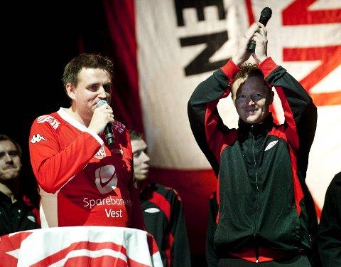 Remi André Taule (t.v.), her sammen med Brann-trener Rune Skarsfjord under cupfinaleshowet i Oslo i fjor, har sørget for at Barneklinikken har fått over 100 000 kroner, istedenfor at han får speakerhonorar på Stadion.