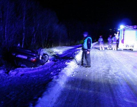 AV VEGEN: En bil kjørte av vegen på Glåmos sondag kveld. Foto: Per J. Hartviksen