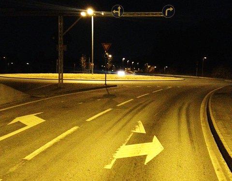 Skiltene over veien gir deg én beskjed, mens merkingen i veibanen forteller noe annet. Slik skal det ikke være, sier Statens vegvesen, og opplyser samtidig at begge feltene kan brukes i denne rundkjøringen.