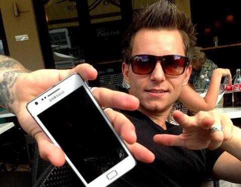 Uadskillelig: Kristian Renés mobiltelefon er uknuselig. Den ett år gamle telefonen har overlevd fritt fall fra tre meters høyde i tillegg til dobesøk, likevel fungerer den helt normalt.