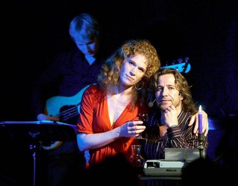 I`m your man: Nicolay Lange-Nielsen tolker Cohen sammen med pianist Emma Rowena Hansen og bassist Sebastian Haugen-Markussen. Pressebilde