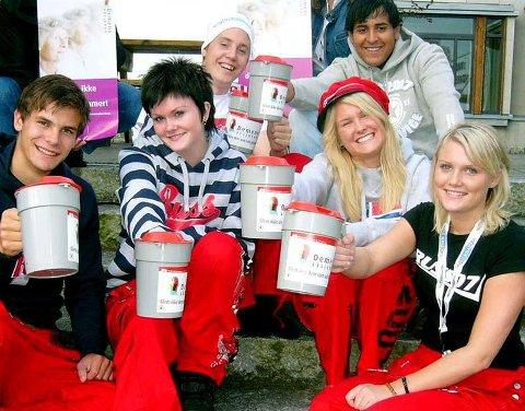 Russene Ivar Helgetun (fra venstre), Elisabeth Morseth, Håkon Solem, Ida Botten, Aleksander Ormset og Lise Mari Bjerknesli med bøsser klar for innsamling til demensforeninga i september 2006. (Foto: privat)